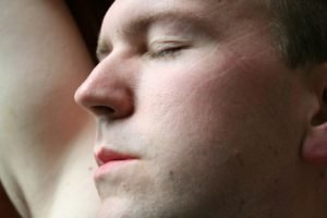 4 Cara Menghilangkan Lipatan Bekas Bantal Pada Wajah